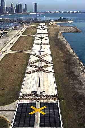 Meigs_closed_3-31-03_aerial_Tribune_David_Klobucar